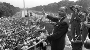 Martin Luther King, le 28 avril 1963, sur les marches du Lincoln Memorial à Washington, d'où il prononça son fameux discours.