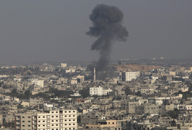 Дым в северной части сектора Газы после израильского авианалета 20/11/2012