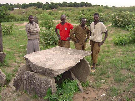 Un groupe de villageois devant les mégalithes de Bouar, vieux de 3 000 ans.