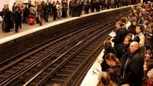 فرانسویها خود را برای چنین روزهایی آماده میکنند - اعتصاب مترو در سال ١٩٩۵