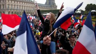 Сторонники Эмманюэля Макрона возле Лувра после оглашения предварительных результатов второго тура выборов президента Франции, 7 мая 2017 г.
