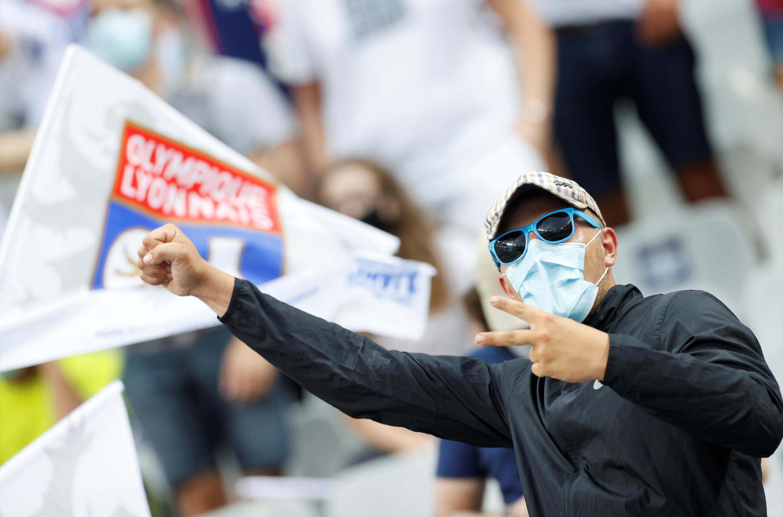 Xem bóng đá nhưng không quên khẩu trang. Ảnh tại sân vận động Stade de France, Saint-Denis, ngoại ô  Paris, ngày 31/07/2020. Ảnh minh họa.