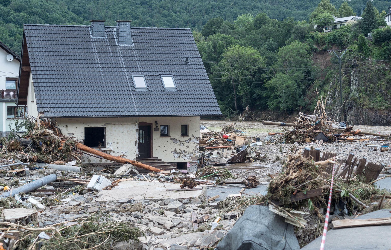 Los escombros dejados por la inundación frente a una casa en Schuld, cerca deBad Neuenahr, el 15 de julio de 2021 al oeste de Alemania, donde las fuertes lluvias provocaron inundaciones