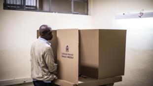 Dans un bureau de vote de Luanda, ce mercredi 23 août 2017.