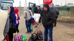 Жители Луганской области возвращаются с покупками из Донецка. Март 2016 г.