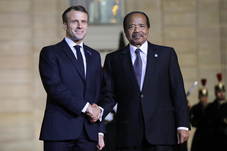 Le Président français Emmanuel Macron salue le Président camerounais Paul Biya au Palais de l'Elysée à Paris le 11 novembre 2019.