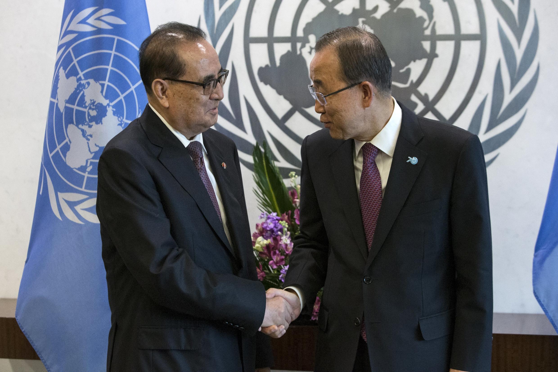 Ngoại trưởng Bắc Triều Tiên Ri Su Yong và Tổng thư ký Liên Hiệp Quốc Ban Ki-moon tại Đại Hội đồng Liên Hiệp Quốc, New York, 01/10/2015.