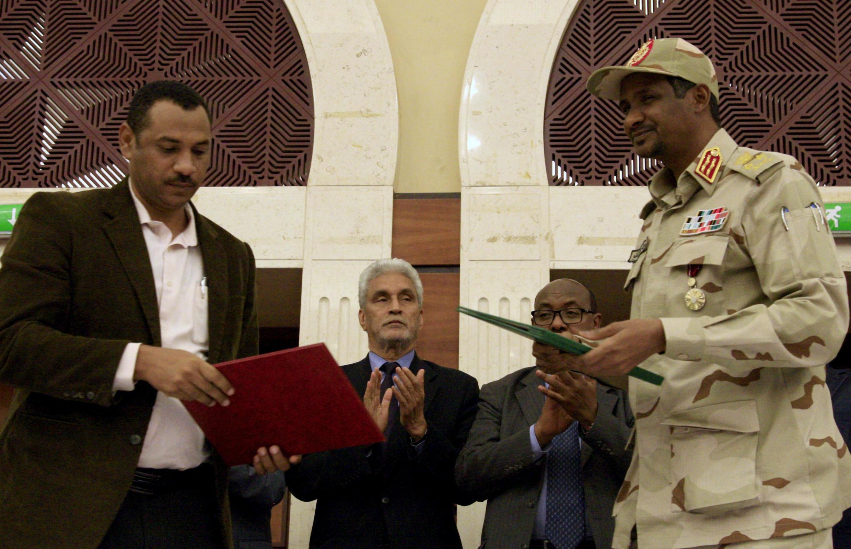 """Os generais no poder e o movimento de contestação civil no Sudão assinaram esta quarta-feira uma """"declaração política"""" para a partilha de poder."""