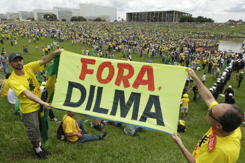 Des manifestants brandissent une pancarte «Dehors Dilma» face au Congrès de Brasilia, le 15 mars 2015.