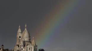 Un arc-en-ciel surplombe la butte Montmartre à Paris.