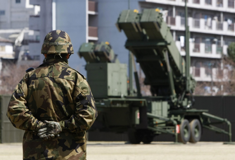Một quân nhân thuộc Lực lượng Phòng vệ Nhật Bản đứng cạnh hệ thống hỏa tiễn PAC-3 tại Bộ Quốc phòng ở Tokyo, ngày 29/03/2012.