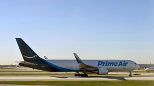 Un avión Boeing 737-800 de Prime Air, que transporta paquetes de Amazon, aterriza en el Aeropuerto Internacional O'Hare de Chicago, el 5 de octubre de 2020