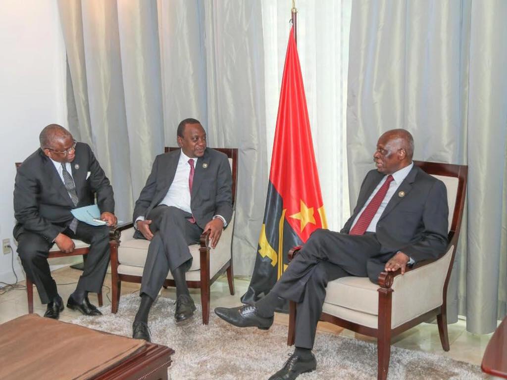 Rais wa Kenya, Uhuru Kenyatta, akiwa kwenye mazungumzo na rais wa Angola, Jose Eduardo dos Santos, mjini Luanda, 14 June 2016