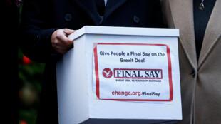 Des membres du Parlement britannique présentent une pétition en faveur d'un deuxième référendum sur le Brexit au gouvernement de Theresa May, à Londres le 3 décembre 2018.