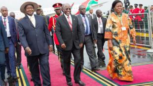 Rais wa Uganda, Yoweri Museveni akiwa na mwenyeji wake rais wa Tanzania, John Pombe Magufuli, wakati alipowasili jijini Dar es Salaam, Tanzania kwa ziara ya kikazi