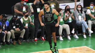 Jayson Tatum, des Boston Celtics, après avoir marqué un panier à trois points contre les Brooklyn Nets le 28 mai 2021 à Boston