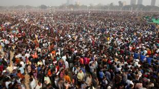 """Đám đông cảm tình viên lắng nghe các diễn giả trong cuộc mít tinh """"United India"""" do các đảng đối lập chính của Ấn Độ tổ chức tại Calcutta (Ấn Độ), ngày 19/01/2019."""