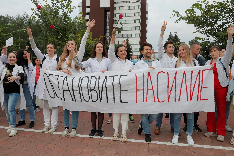 Белорусские медработники на акции против насилия, 12 августа 2020 года