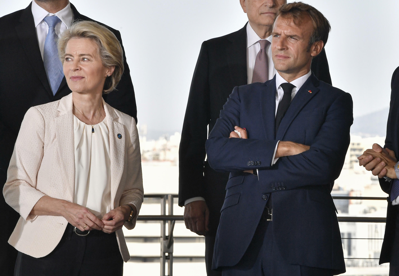 El presidente francés Emmanuel Macron (derecha) y la presidenta de la Comisión Europea, Ursula von der Leyen,  durante la octava cumbre de países mediterráneos MED7 en el centro cultural Stavros Niarchos, en Atenas, el 17 de septiembre de 2021.