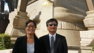 2015年9月3日,陳光誠與妻子袁偉靜在巴黎艾菲爾鐵塔腳下留影。