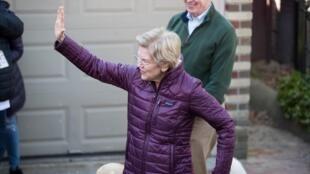 La sénatrice Elizabeth Warren annonce son retrait de la primaire démocrate, le 5 mars 2020 devant son domicile de Cambridge (Massachusetts).