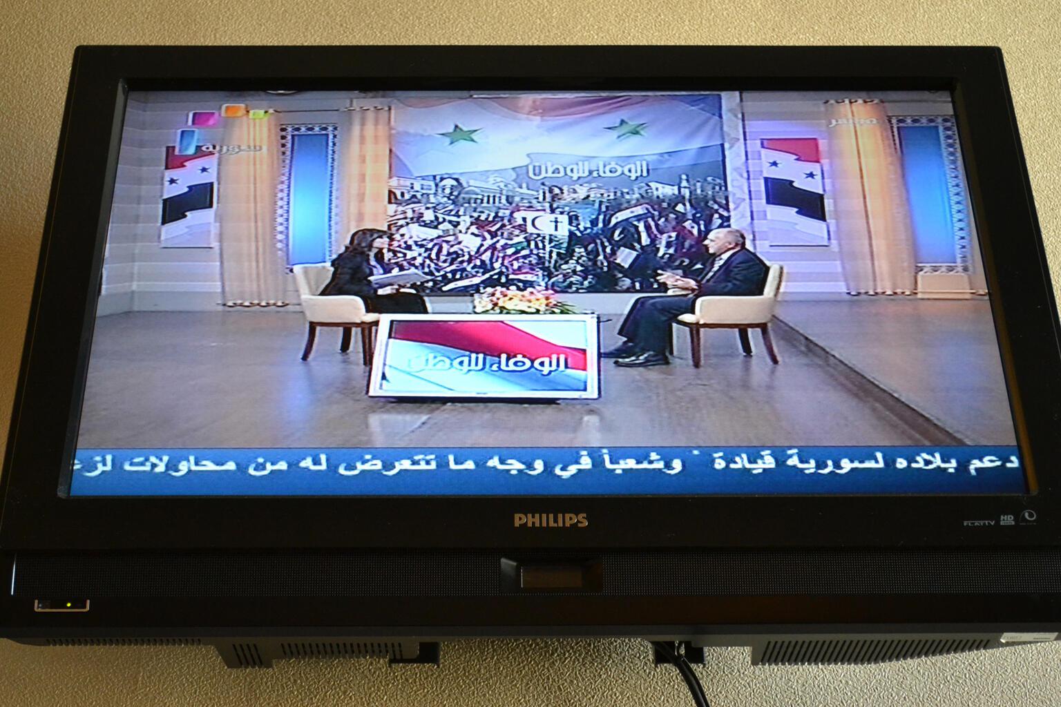Depuis le début du mouvement de contestation le 15 mars, les télévisions syriennes diffusent continuellement les images des manifestations de soutien au président, des chansons nationales et invitent les gens à exprimer leur solidarité avec le régime.