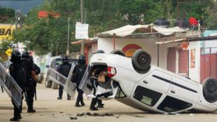 En Nochixtlan (Oaxaca), violentos choques entre policías y maestros.