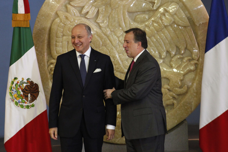 El canciller francés Laurent Fabius y su colega mexicano, José Antonio Meade, en Ciudad de México, el 15 de julio de 2013.