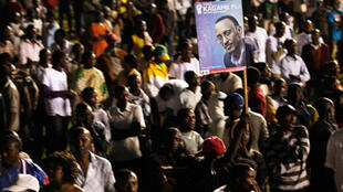 Les partisans de Kagame brandissant une affiche du président réélu.
