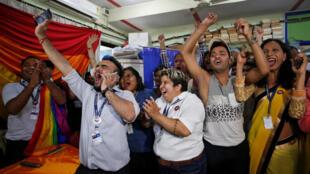 Militantes festejaram a decisão da Suprema Corte indiana que descriminalizou a homossexualidade.  Mumbai, Índia, em 6 de setembro de 2018.