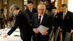 Ông Tetsuo Yukioka (giữa), tổng giám đốc Đại học Y khoa Tokyo sau cuộc họp báo tại Tokyo về vụ bê bối sửa điểm thi, ngày 7/08/2018.