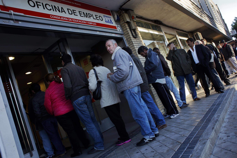 Dòng người xếp hàng tìm việc tại Tây Ban Nha vẫn tiếp tục dài thêm
