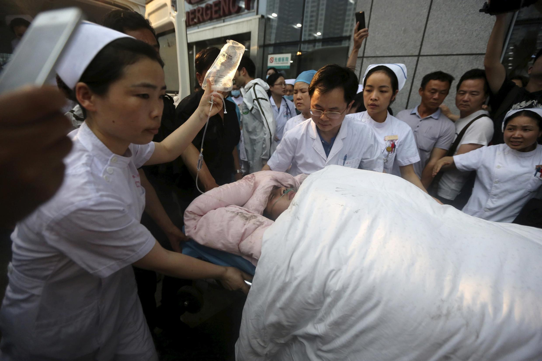 Marinheiro regastado do navio que afundou no rio Yangtse é encaminhado a um hospital em Jingzhou, na província de Hubei, China, 2 de junho de 2015.