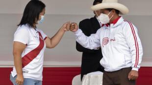 Los candidatos presidenciales de Perú, Pedro Castillo (D) y Keiko Fujimori, en un debate en Chota, Cajamarca, Perú, el 1 de mayo de 2021