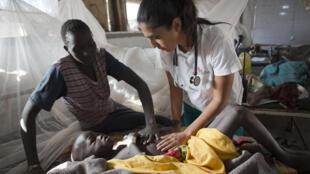 Au Soudan du Sud, la poursuite des combats empêche les organisations humanitaires de venir en aide aux populations. Ici, un médecin de MSF, dans un centre de soins de Lankien, au Soudan du Sud, en janvier 2015.