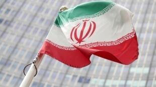 Le drapeau iranien flotte devant le siège de l'Agence internationale de l'énergie atomique (AIEA) à Vienne, en Autriche, le 10 juillet 2019.