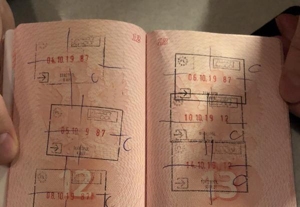 Passeport d'un réfugié tchétchène, avec des tampons de refus d'entrée en Pologne.