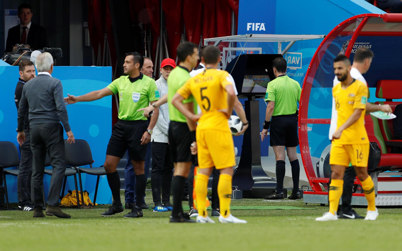 L'arbitre Andres Cunha recourt à la vidéo lors de France-Australie, à Kazan.