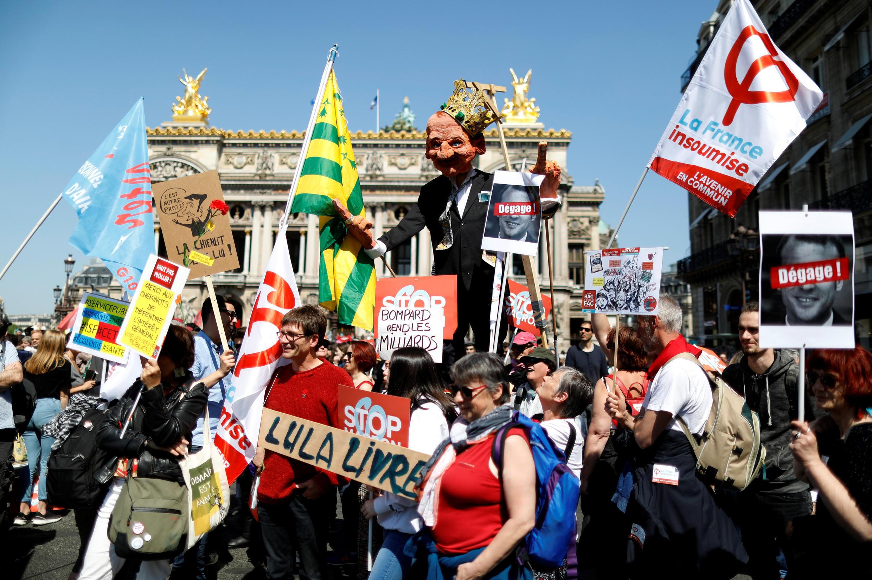 Manifestação contra Macron em Paris começou na praça da Ópéra.