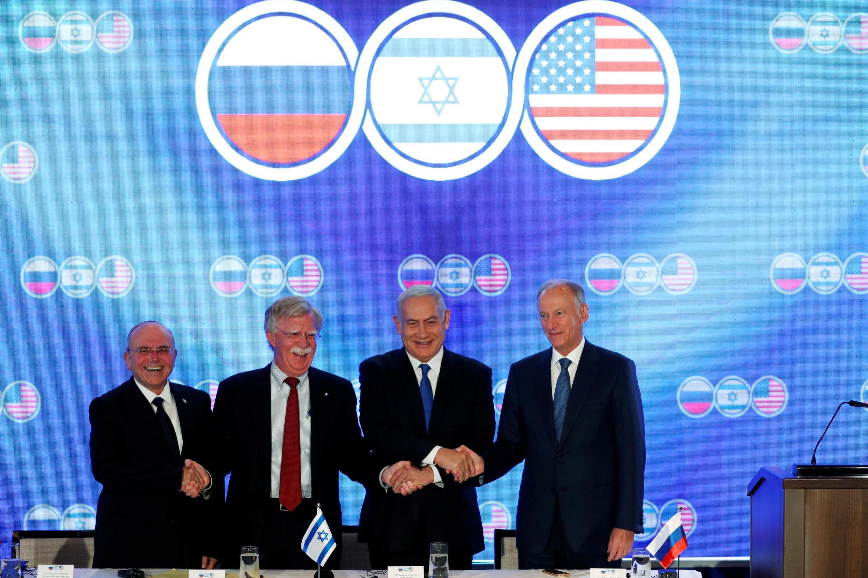 جان بولتون در کنار نخستوزیر اسرائیل و همتایان روس و اسرائیلی خود در نشستی دربارۀ حضور ایران در سوریه