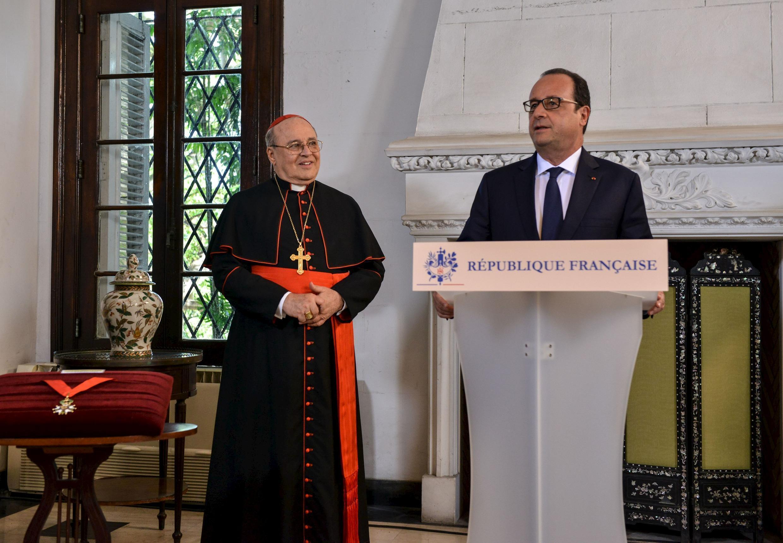 O presidente francês, François Hollande, discursa em Havana nesta segunda-feira (11), ao lado do cardeal Jaime Ortega, que teve um papel fundamental na mediação para a libertação de prisioneiros políticos cubanos em 2010.