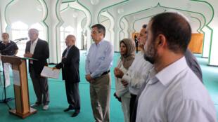 François Fillon avec le président de la mosquée Noor al-Islam à Saint-Denis de La Réunion, le 13 février 2017.