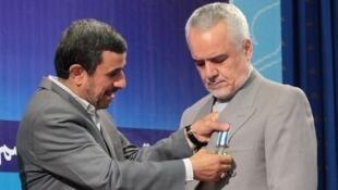 اهدای نشان خدمت به رحیمی از سوی احمدی نژاد