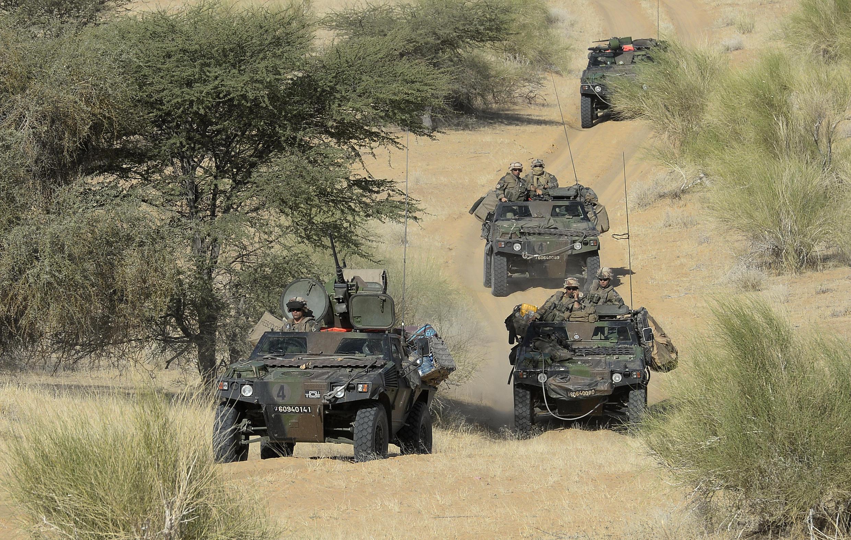 Un convoi de l'armée française près du village de Bamba, entre Tombouctou et Gao dans le nord du Mali, le 31 octobre 2013.