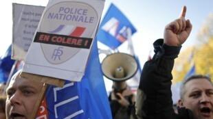Manifestation des policiers devant l'Assemblée nationale à Paris, le 13 novembre 2013.