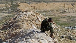 Солдат ливийских повстанческих сил а перерыве между боям близ г. Брега.