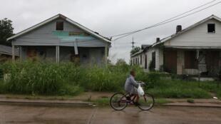 Un enfant passe devant des maisons qui n'ont pas été réparées depuis le passage de l'ouragan Katrina en Louisiane, le 28 août 2010.