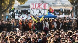 Les partisans de «Nuit debout» rassemblés lors d'une assemblée générale quotidienne, place de la République, à Paris, le 18 avril 2016.