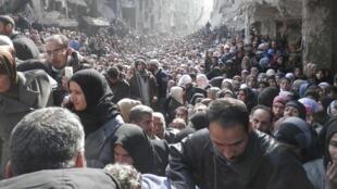 Une photo de la foule attendant la distribution de nourriture à Yarmouk, le 31 janvier, prise par un membre de l'UNRWA.