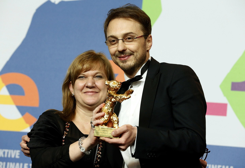 """A produtora Ada Solomon e o diretor Calin Peter Netzer receberam o Urso de Ouro de melhor filme pelo longa romeno """"Child's Pose""""."""